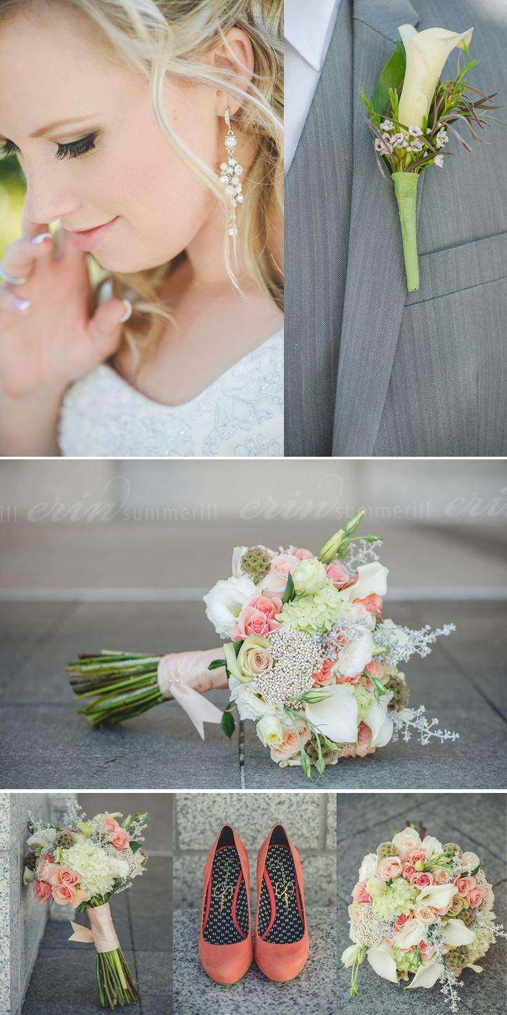 Bouquets de la novia y cortejo, zapatos de la novia y boutonniere del novio combinados en blanco, verde y coral