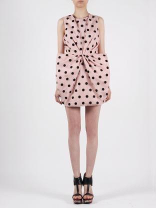 Mini vestido de lunares con pliegues y volumen en la falda. Amaya Arzuaga colección primavera-verano 2012.
