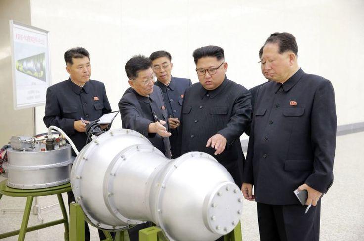 Esta fotografía sin fecha distribuida por el gobierno de Corea del Norte el domingo 3 de septiembre de 2017 muestra al líder norcoreano Kim Jong Un en un lugar no revelado. Kim Jong Un ha inspeccionado la colocación de una bomba de hidrógeno en un nuevo misil balístico intercontinental, afirmó la agencia noticiosa estatal el domingo. El contenido de esta imagen no puede ser verificado en forma independiente. (Korean Central News Agency/Korea News Service vía AP)