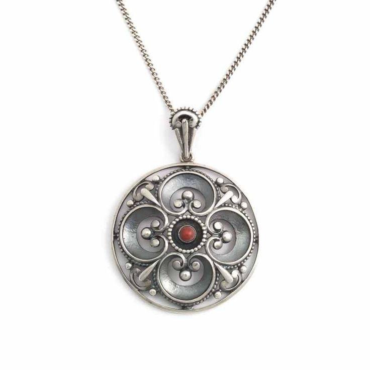 Koop deze elegante zilveren biedermeier hanger met koraal bij de mooiste klassieke sieraden webwinkel van Nederland.