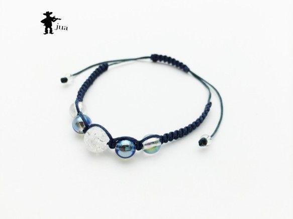 クラック水晶、ブルーオーラ、ホワイトオーラ、水晶4種類の天然石を藍色、鉄納戸色のロウ引き紐で編み込んだブレスレットです。クラック水晶…8ミリ&t... ハンドメイド、手作り、手仕事品の通販・販売・購入ならCreema。