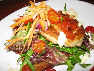 Fiskekake på ristet brød med råkost, hvitløksdressing og tomatsalsa - Gull av gråstein