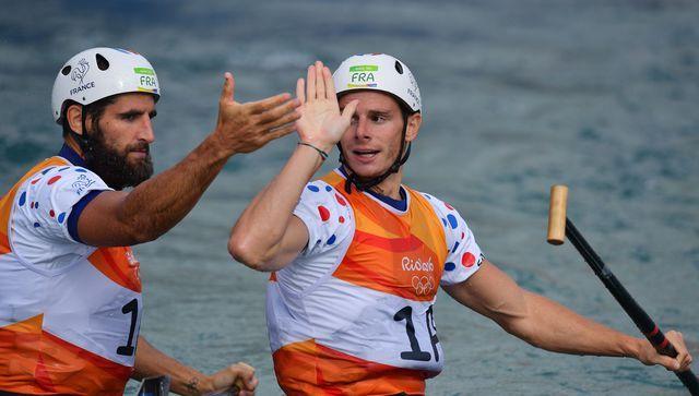 Gauthier Klauss (d) et Matthieu Péché, médaillés de bronze de l'épreuve de slalom en canoë biplace aux Jeux de Rio, le 11 août 2016