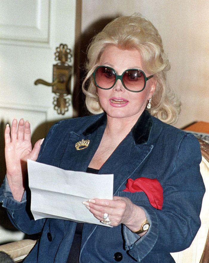 Η ηθοποιός Ζα Ζα Γκαμπόρ, που μετέτρεψε την ομορφιά, την αίγλη και εννιά γάμους σε μια μακροχρόνια καριέρα ως διασημότητα του Χόλιγουντ, απεβίωσε χθες στα 99.