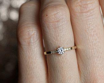 Élégante bague en diamant carat de 0,25. Belle princesse coupé bague en diamant avec pave diamants qui entourent la pierre principale. Bague en ligne est or jaune 18 carats. Cette bague est superbe jumelé avec celui-ci : https://www.etsy.com/listing/241436281/open-diamond-ring-princess-diamond-ring?ref=shop_home_active_3 https://www.etsy.com/listing/237628940/emerald-ring-gold-emerald-ring-emerald?ref=shop_home_active_4 Bague en IF...