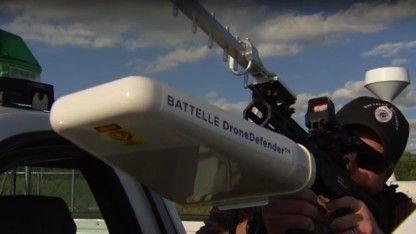 Nicht wenige würden Drohnen gern mit Schrotflinten jagen und vom Himmel holen. Der Rüstungskonzern Battelle hat mit dem Dronedefender eine technische Lösung gefunden.