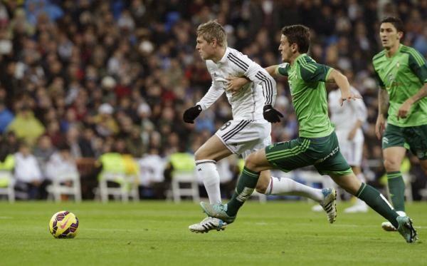 Kroos «hace bascular» el juego del Real Madrid. http://www.fundeu.es/recomendacion/kroos-hace-bascular-el-juego-del-real-madrid/  Foto: ©Agencia Efe/Ángel Díaz