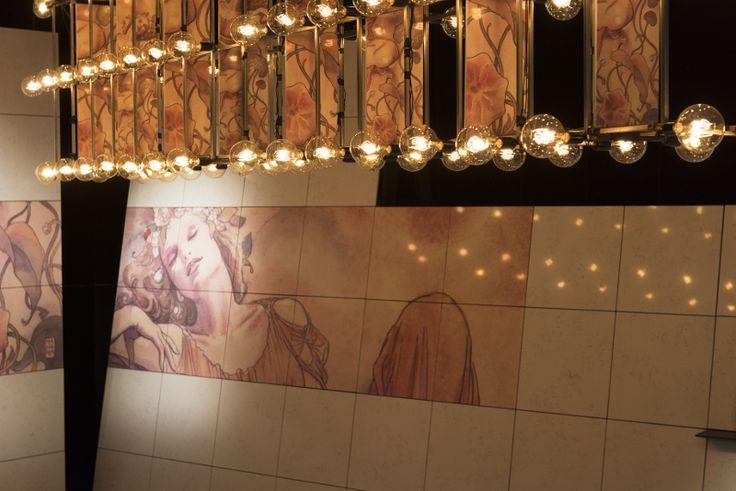 Le luci del Wine Bar – The Italian Stone Theatre. Wine Bar mette in scena un suggestivo allestimento che vede i magici acquerelli del maestro del fumetto Milo Manara trasferiti fedelmente su lastre di agglomerato di quarzo #Marmomacc #Marble #Stone #Design #Verona #Winebar http://architetturaedesign.marmomacc.com/the-italian-stone-theatre/le-sperimentazioni-litiche/w-wine-bar/