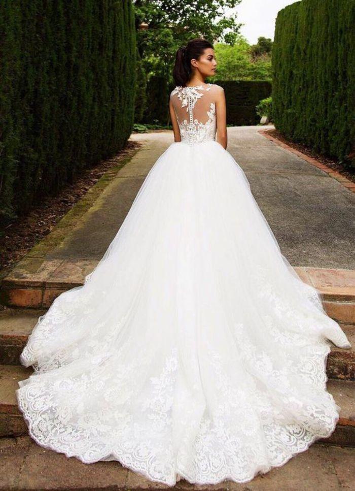 märchenhaftes Brautkleid mit langer Schleppe und Spitzen Elementen ...