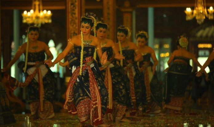 Tari Bedhaya Ketawang amat disakralkan dan hanya digelar setahun sekali. Konon, di dalamnya Kanjeng Ratu Kidul ikut menari sebagai tanda penghormatan kepada raja-raja penerus dinasti Mataram.