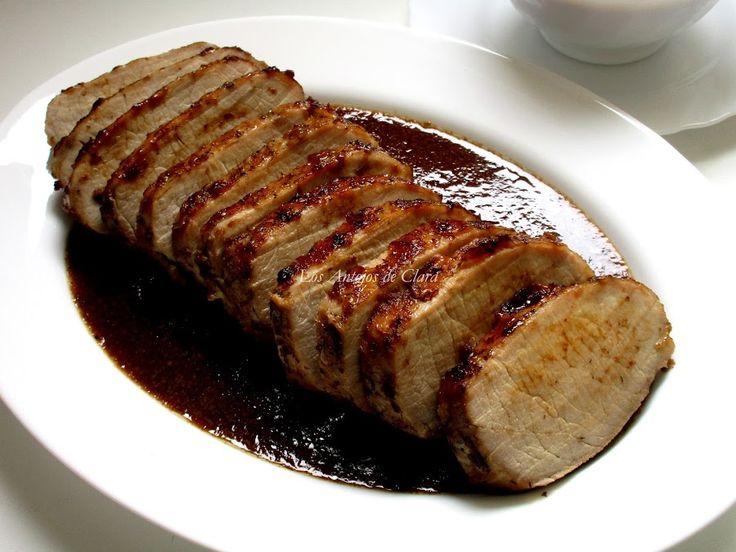 Lomo de cerdo asado con ciruelas pasas y vino Ingredientes para 7 personas: 1.5 kilos de lomo de cerdo 1 ½ cucharaditas de sal 2 cucharadas de azúcar Pimienta al gusto 1 cucharadita de tomillo 1 cucharada de salsa inglesa Perrins (salsa Worcestershire) 1oo ml de aceite de oliva virgen extra 1 cebolla mediana 12 ciruelas pasas sin hueso 250 ml de vino blanco 50 ml de agua (opcional)