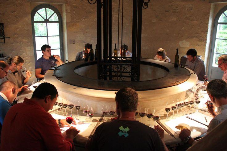 Venez faire une dégustation au château de Reignac en réservant votre visite sur Wine Tour Booking