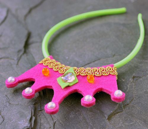 Růžová korunka se zelenou čelenkou