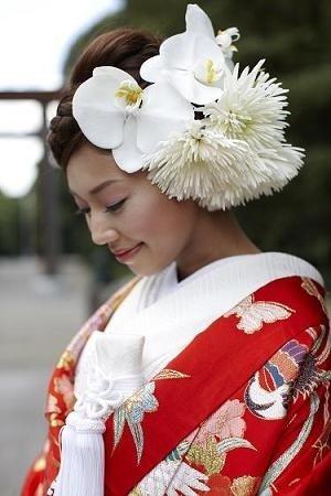 白の生花のヘッドドレス。
