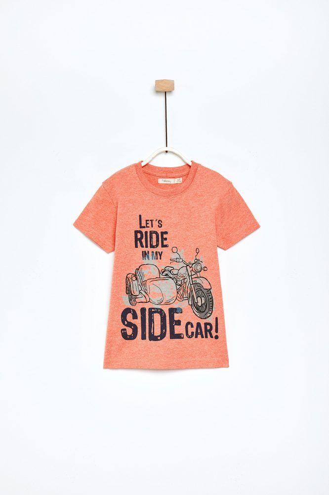 La mejor selección de camisetas y polos para niño esta en Sfera online. De  manga corta o larga, con divertidos estampados o básicas entre las que  elegir. 20aa5fc0de