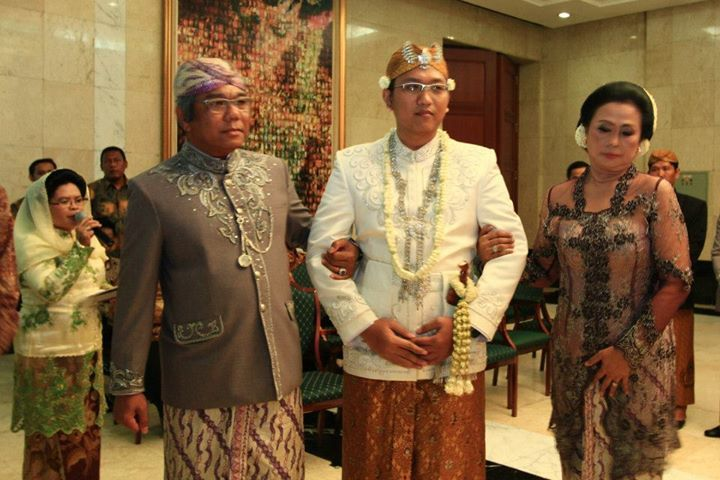 Pengantin pria pada pernikahan adat Sunda Jawa Barat mengenakan penutup kepala yang berhiaskan manik2 di bagian depan.