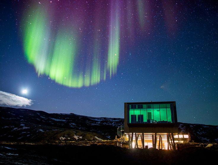 A Islândia é o verdadeiro paraíso para quem deseja ver de perto o fenômeno da aurora boreal. E se você quer unir conforto e uma vista impressionante, pode procurar pelo Ion Luxury Adventury Hotel, instalado no vulcão ativo Monte Hengill, em Nesjavellir, na Islândia, que oferece vista privilegiada para as Auroras.