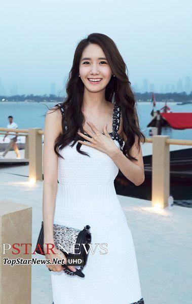 YoonA posing in a photo shoot for Cosmopolitan Magazine.