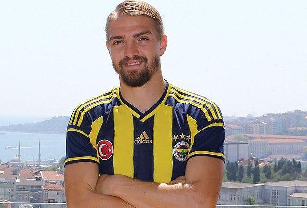 Fenerbahçeli futbolcu Caner Erken, yemek sırasında geçirdiği baygınlık nedeniyle hastaneye kaldırıldı.