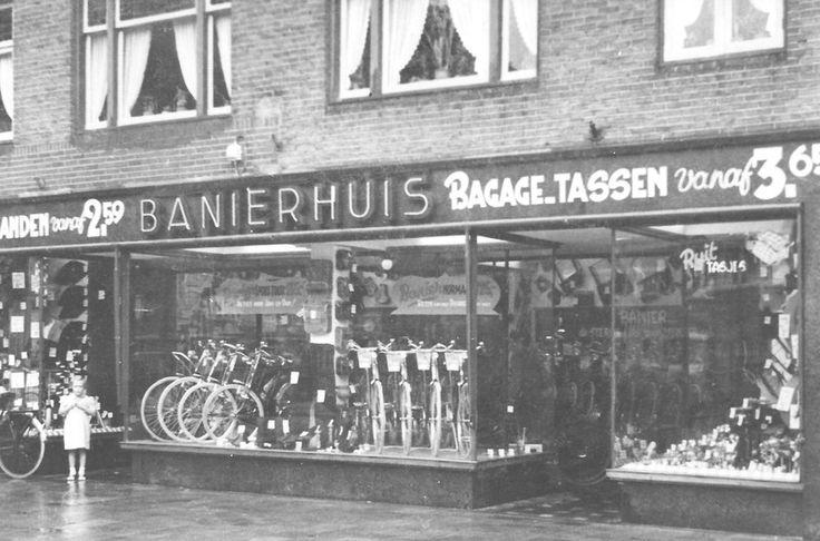 In dit pand zit al decennia lang de winkel van de familie den Hertog , beter bekend als 'Het Banierhuis'. Zij gebruik(t)en een slagzin die men in heel Zuilen kende: 'Betaal het in zes keer, bij het Banierhuis kost het geen cent méér!'