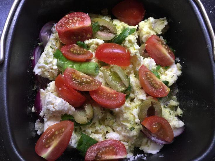 1 Feta ca . 250 g mn 45 % Fett   1 Pack. Knorr Fix Salatkräuter  ( Die Geschmacksrichtung ist Euch überlassen )  6 Oliven halbieren  1 ro...