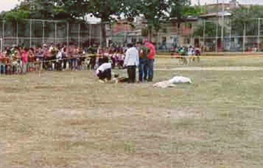 Pemain Tidak Puas Hati Tembak Mati Pengadil Perlawanan   CORDOBA ARGENTINA:Satu perlawanan bola sepak berakhir dengan tragedi apabila seorang pemain muda menembak mati pengadil selepas dia dilayangkan kad merah kerana melakukan kekasaran.  Penyerang yang sehingga semalam masih diburu turut menembak seorang pemain lain berusia 25 tahun di dada.  Mangsa kedua bagaimanapun berjaya diselamatkan.  Polis berkata lelaki yang melepaskan tembakan itu menyimpan pistol di dalam begnya.  Sebaik diarah…