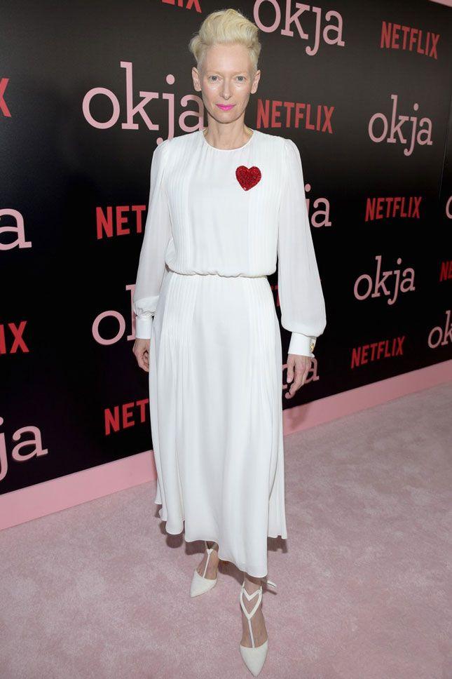 Тильда Суинтон в Schiaparelli на премьере фильма «Окча» в Нью-Йорке - мода, красота, украшения, новости, тренды, коллекции брендов одежды, обуви и аксессуаров: все новинки в онлайн-версии журнала Vogue.