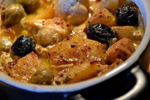 Blanc de Poulet à la Dijonnaise & Deux Olives En Cocotte (pour 2 personnes) Ingrédients: 2 blancs de poulet 2 pommes de terre Quelques olives vertes et noires 2 càs de moutarde en grain à l'ancienne 2 càs de moutarde forte de Dijon 1 branche de romarin...