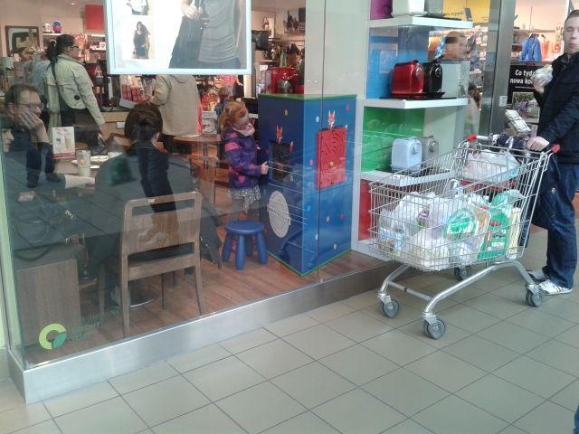 Interaktywny kącik dla dzieci w sklepie. Idealne zajęcie dla dzieci podczas gdy rodzice robią zakupy