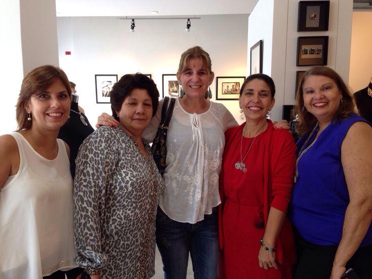 Nuestras alumnas Adriana Vidal, Carmen Landa, Margarita Vallarino, Victoria Kupfer y Lourdes Perez Molina en la exhibición de su reciente Colección 25+1 Joyeria Contemporanea en Galeria Arte Consult.
