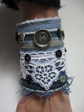 Bracelet manchette créé à partir de 3 pièces de jeans, la plupart des boutons sont issus de la récupération. Un bout de fermeture éclair grise recyclée et galon dentelle ma - 18114805