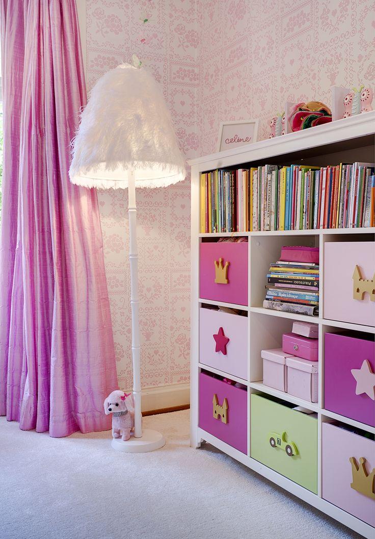 Golvlampan i barnrummet från Ostrich och matta Diva, båda från Carnefeldt interior design. Bokhylla Rainbow, Mio med många praktiska lådor där leksaker kan stuvas undan.
