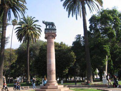 Parque Italia: es una plaza simbólica de Valparaíso por su ubicación privilegiada en el centro de la ciudad, entre avenida Pedro Montt y calle Independencia, a la altura de calle Freire. Aquí se realiza la mayoría de los actos públicos y también el desfile de las Fuerzas Armadas. Se inauguró el 10 de mayo de 1922. En el año 1936, se instaló la estatua de la Loba Capitalina, que afianzó aún más los lazos de afecto con la colonia italiana residente, Chile.