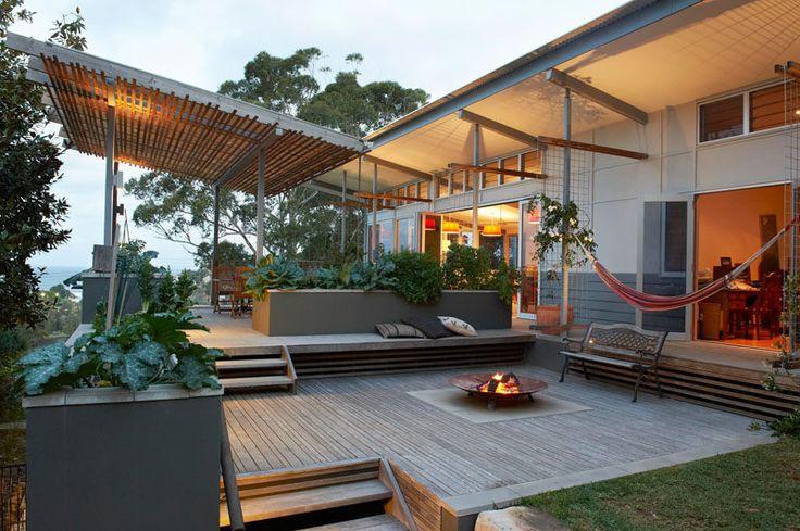 13 Multi-Nível Backyards Para que você obtenha Inspirado por um verão Backyard Makeover // Uma área de entretenimento com uma fogueira e uma sala de jantar compõem os dois níveis principais desta quintal em Avoca Beach, Austrália.