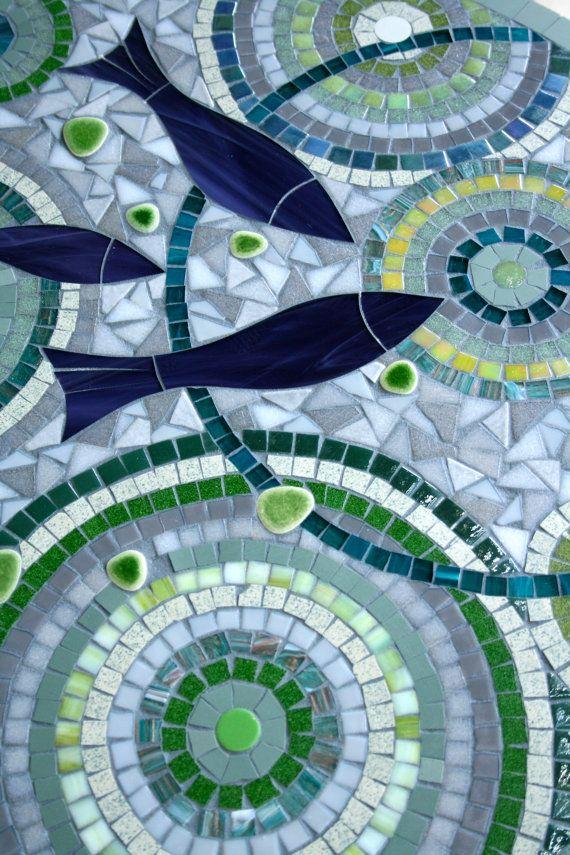 Table ronde en mosaïque pour l'intérieur ou par AnisCeladon sur Etsy, €600.00. Blue mosaic with fish.