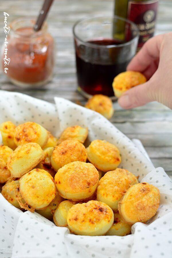 Pogăcele cu caşcaval delicioase şi uşor de făcut
