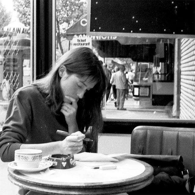 Jane Birkin // Parisian cafe // woman writing // black and white photograph // 60s and 70s style icon // iconic women, coffee, marketing, comunicación, redes sociales, www.enomorate.com, enomorate, T. 985 13 16 82