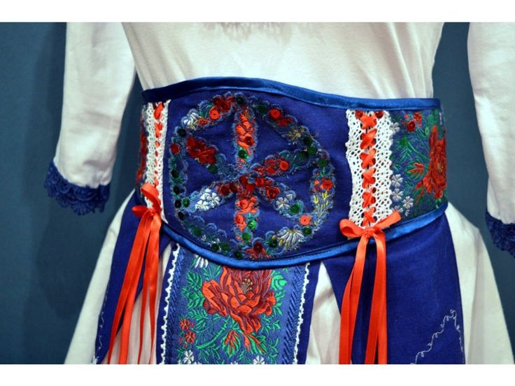 """<p>Folkové krojové šaty v bielo-modro-červenej kombinácií. Šaty sa skladajú z dvoch dielov, zo sukne, ktorej súčasťou je široký opasok a priliehavého topu.</p> <p>Materiál: kombinácia bavlny, ľanu a streču.</p> <p>Veľkosť: 36 (pás 70 cm)</p> <p>Pre bližšie informácie ma kľudne kontaktujte na <a href=""""mailto:poctivoarucne@gmail.com,"""">poctivoarucne@gmail.com,</a>0915544114</p> <p></p>"""
