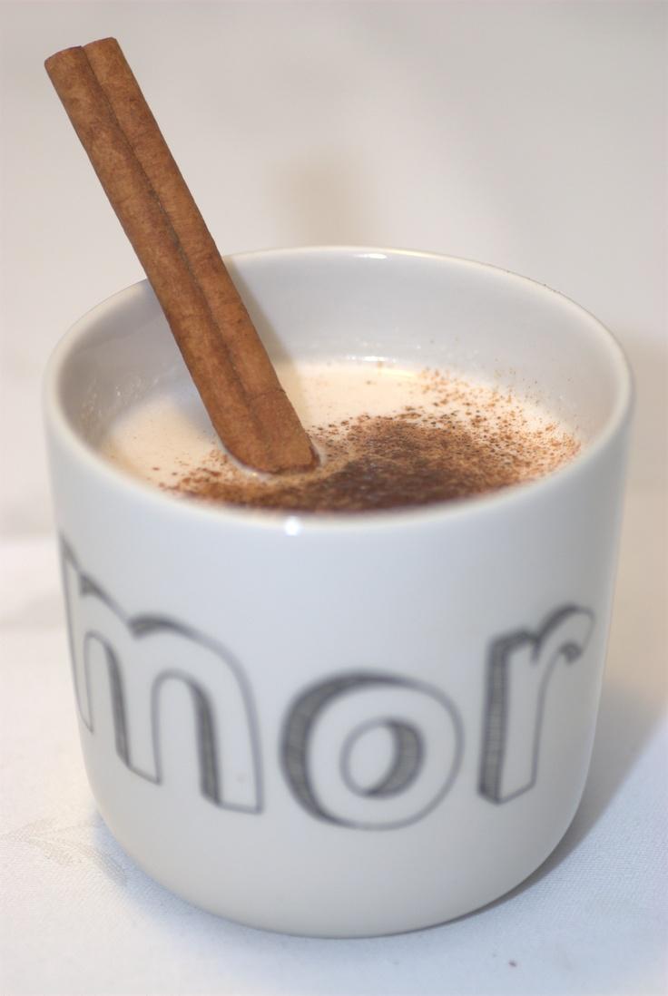 Chai latte på mandelmælk, opskrift side 39. Giver indre ro og fylder dig med kærlighed.