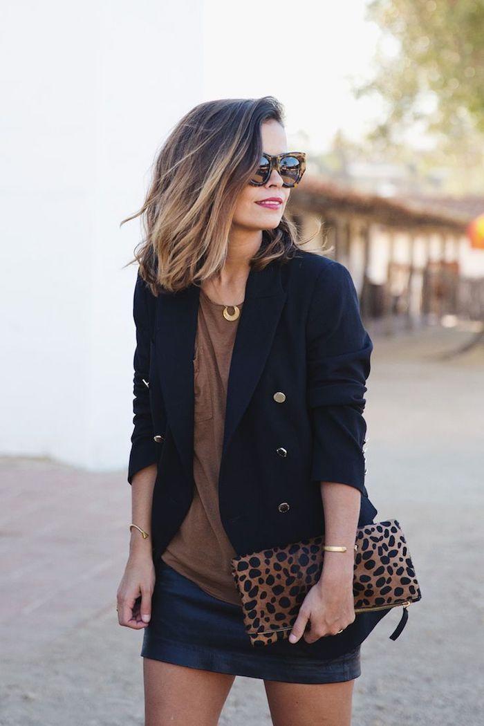 Idée Coiffure : Description balayage blond sur brune, blouse marron avec jupe noir, coupe de cheveux mi longs femme, rouge à lèvre nuance rouge - #Coiffure https://madame.tn/beaute/coiffure/idee-coiffure-balayage-blond-sur-brune-blouse-marron-avec-jupe-noir-coupe-de-cheveux-mi-long/