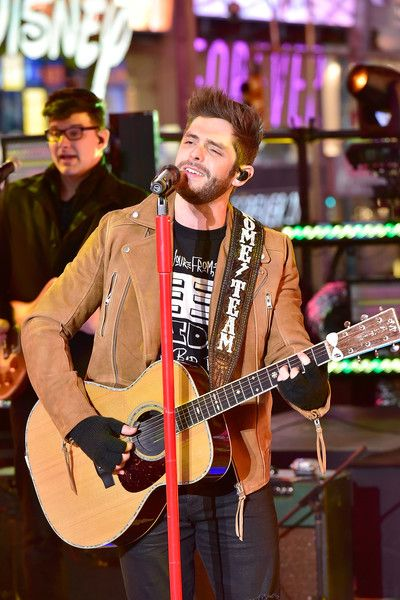Thomas Rhett Photos Photos - Thomas Rhett performs during the New Year's Eve Countdown at Times Square on December 31, 2016 in New York City. - TOSHIBA New Years Eve In Times Square