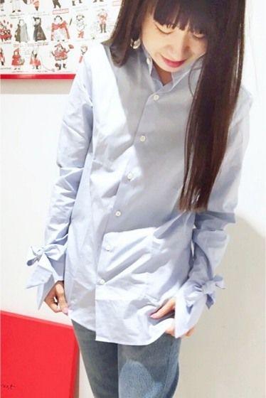 MARIE MAROT コットン カフスリボンシャツ  MARIE MAROT コットン カフスリボンシャツ 42120 目面の綺麗なコットンシャツ地でクリーンな印象のMARIE MAROT新作シャツ シャツブランドならではのメンズライクさとディティールで見せる女性らしさが魅力的 袖のリボンがポイントです 長め丈でスキニーなどの細身パンツと好相性 デイリーからおオフィシャルまで幅広く活用して頂けます MARIE MAROT(マリマロ) パリ発のシャツを中心に展開するブランド メンズのテイラードを参考に中性的なシルエットで女性らしい着こなしができるアイテムを提案しています 店頭外での撮影画像は光の当たり具合で色味が違って見える場合があります 商品の色味はスタジオ撮影の画像をご参照ください ブルー着用スタッフ身長:162cm 着用サイズ:XS モデルサイズ:身長:167cm バスト:77cm ウェスト:56cm ヒップ:80cm 着用サイズ:S