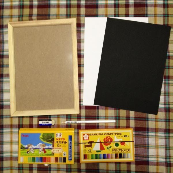 はじめに お家でほんの少しだけ描いてみたい方のために、チョークアートの技法を使って紙に描く、お手軽おしゃれなりんごのインテリアボードの作り方を説明します。 用意するもの プロチョークアーティストが使用するオイルパステルは高いので、今日はお家にあるかもしれない子供用オイルパステルで描きます。 サクラク...