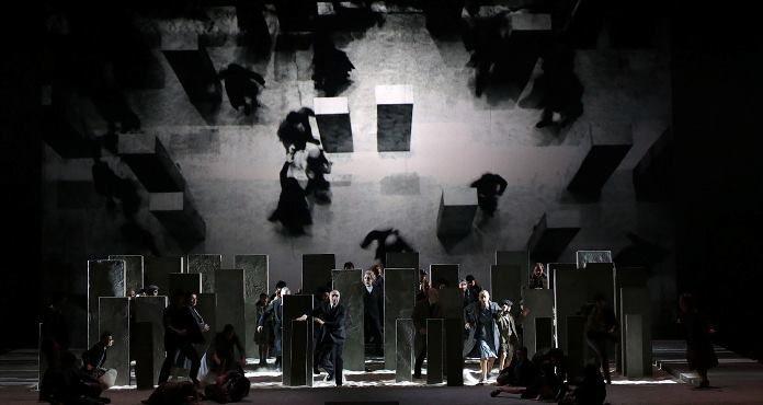 Il Nabucco di Verdi riempie il Teatro alla Scala di Milano sulle note del Va' pensiero. Dirige Nello Santi, protagonista Leo Nucci. Regia di Daniele Abbado.