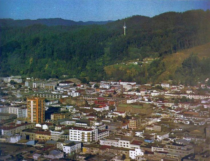 Vista aérea del centro de la ciudad de Concepción y de fondo el Cerro Caracol en el año 1985.