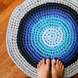 Reuse those old t-shirts to create some thick and beautiful rugs!