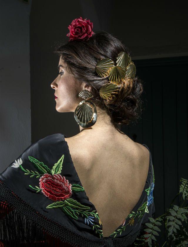Beautiful shell accessories for a gorgeous flamenca, from Lamagora accessories. Sesión de moda flamenca para Feria de Abril 2016. Diseño de Pilar Vera y complementos de Lamágora. J.M. Serrano