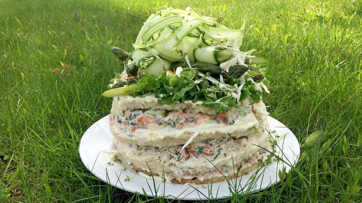 Svenskene kaller det smörgåstårta. Det ser ut som kake, men inneholder skalldyr, grønnsaker, egg, røykt laks, tunfisk og majones. Alt dette settes sammen som en kake med loffskiver.
