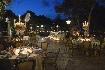 Centrotavola Candelabri d'Argento con sfere di fiori per matrimonio di lusso a…