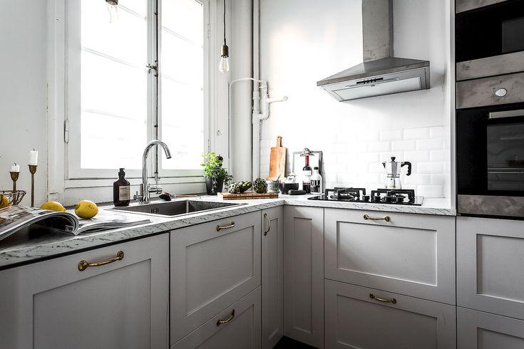 Stilren köksinredning med speglade köksluckor från Picky Living
